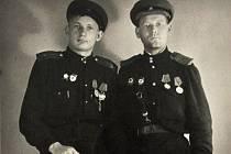 Dva rudoarmějci se takto nechali na památku vyfotografovat v ateliéru v Lomu.