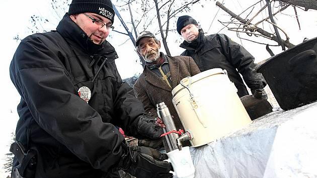 Litvínovští strážníci dovážejí v mrazech bezdomovcům horký čaj.