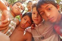 Romská mládež ze sídliště Chánov v Mostě tráví letní prázdniny většinou doma - na tanečním kroužku, na bruslích, hrami v blízkém lesíku nebo v neobydlených bytech. Některé děti jezdí na tábory a jednodenní výlety.