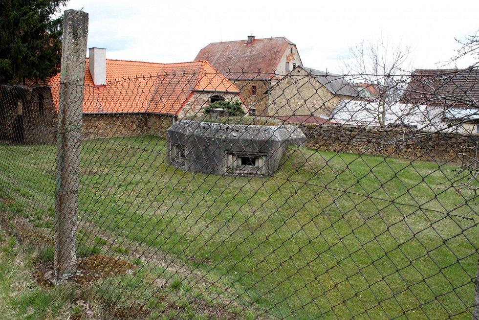 Další bunkr v Černovicích na Chomutovsku, který je na soukromé zahradě a slouží jako sklípek.