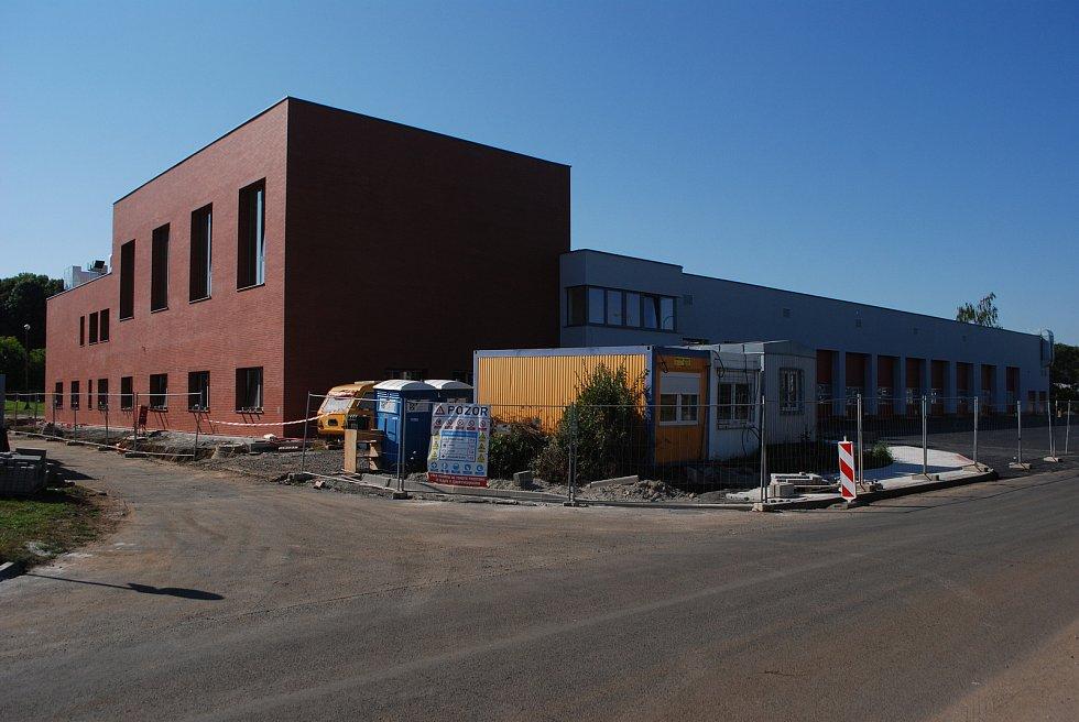 Stavba nové hasičské stanice. Velebudice jsou místní část Mostu. Kdysi to byla vesnička, ale zanikla. Dnes je to zóna pro podnikání, služby a vzdělávání.