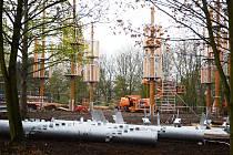 Uprostřed parku Šibeník v Mostě pokračuje výstavba zábavního areálu 3D bludiště.