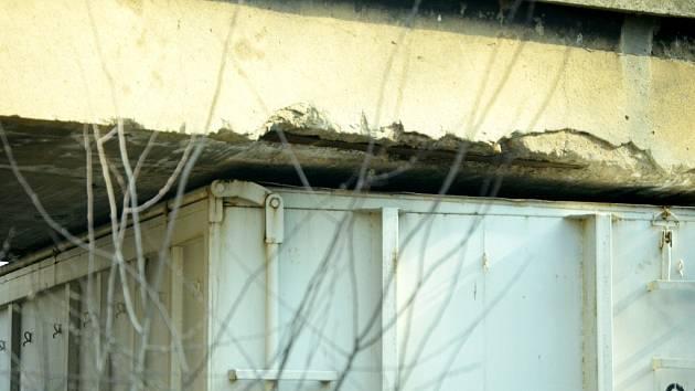Kamion se snaží projet pod železničním mostem u Kopist. Podobný problém měl dnes v Čepirohách jiný kamion, který ale do podobného viaduktu narazil a poškodil ho.