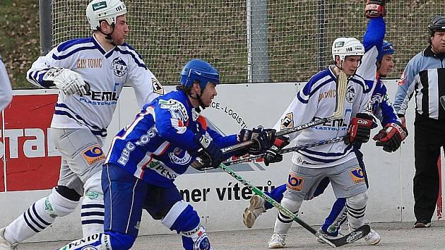 Hokejbalisté Penta Most (v modrých dresech) si na hřišti ústecké Elby zajistili postup do dalších bojů českého poháru.