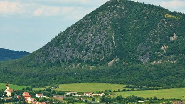 Zlatník je vysoký 521 metrů nad mořem. Na vrchol vede stezka a kolem hory čtyřproudová silnice z Mostu na Bílinu. V okolí Zlatníku jsou obce České Zlatníky, Obrnice, Patokryje, Svinčice a Želenice.