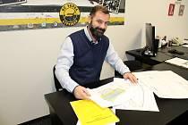 V Litvínově se připravuje rekonstrukce Zimního stadionu Ivana Hlinky.  Provozní ředitel klubu HC Verva Litvínov Kamil Burda ukazuje studii projektu.