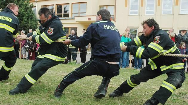 Přetahování dobrovolných hasičů v Hoře Svaté Kateřiny.