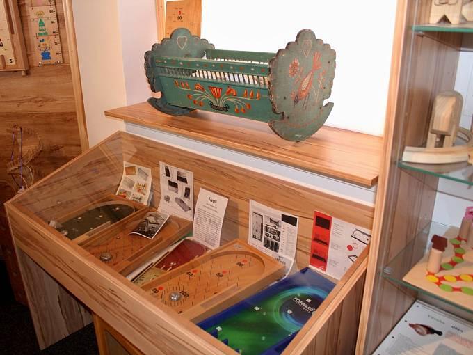 Výrobě tradičních hraček a předmětů ze dřeva se věnuje už pouze jediná firma na naší straně Krušných hor, a to NBW v Nové Vsi v Horách, kterou založila Sonja Vydrová.