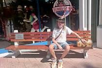 Hudebník Míra Kuželka z Mostu před restaurantem a prodejnou Bubba Gump