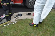 Zásah hasičů a pyrotechniků na policii v Mostě, kde testovali podezřelou poštovní zásilku.