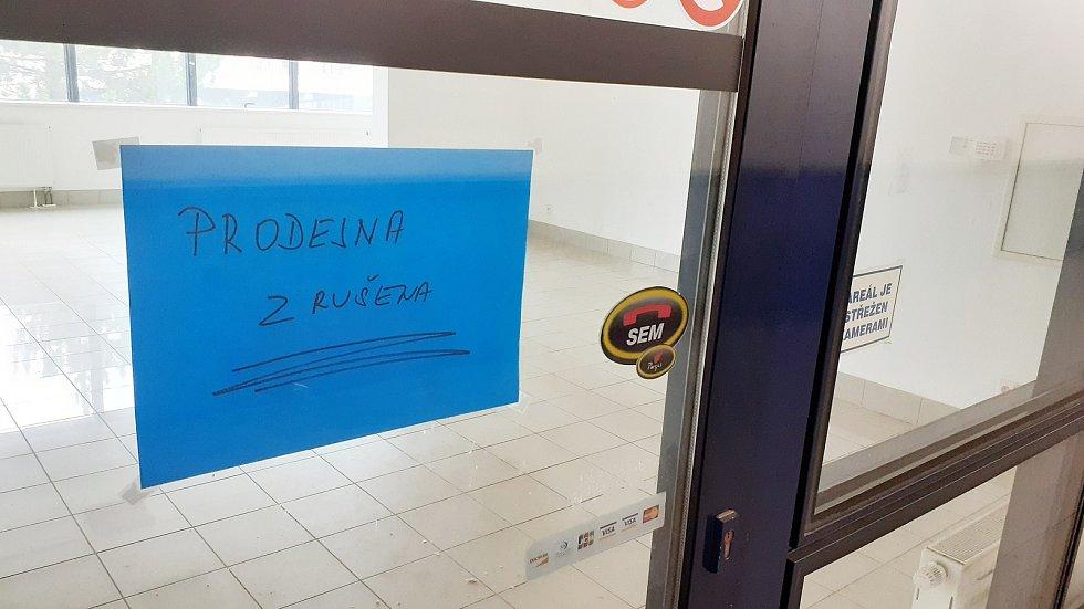 Zrušené papírnictví pod radnicí.