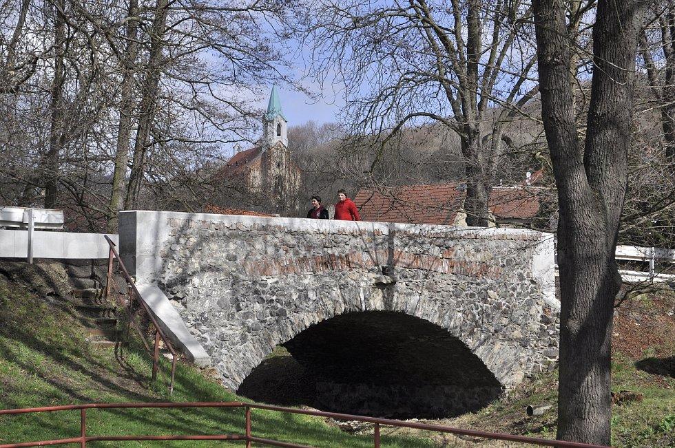 Obec Lužice s kostelem sv. Augustina a mostkem přes Lužický potok