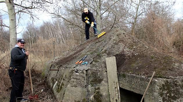 Členové Offroad safari odkryli a zkoumali bunkr z období II. větové války v těsné blízkosti chemičky v Záluží
