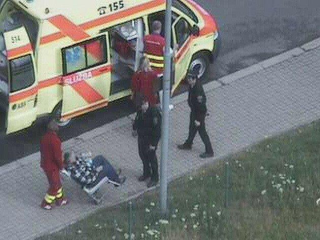 Lékaři odvážejí muže, kterému strážníci zachránili život.