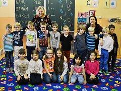 Žáci 1.A Základní školy Litvínov–Hamr s třídní učitelkou Milenou Lohniskou a asistentkou pedagoga Alenou Longauerovou.