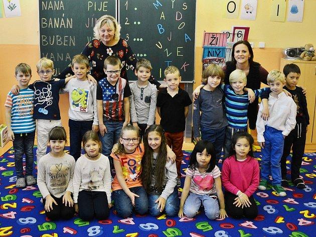 Žáci 1.AZákladní školy Litvínov–Hamr střídní učitelkou Milenou Lohniskou a asistentkou pedagoga Alenou Longauerovou.