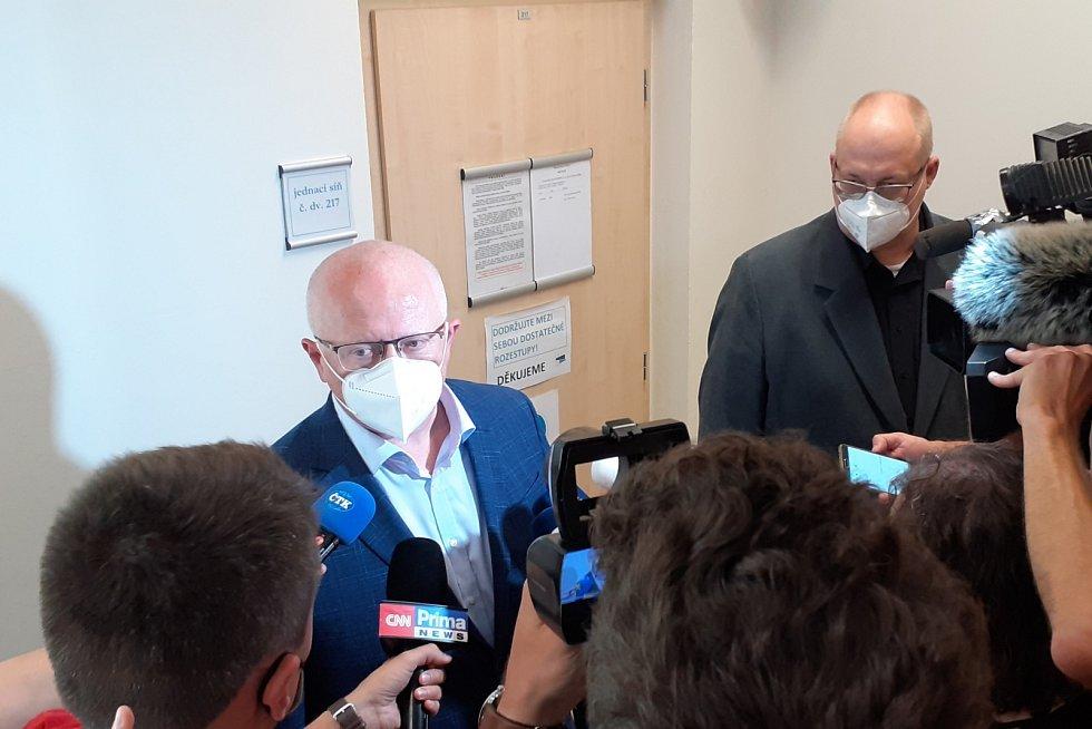 Zaměstnanci chemičky po vynesení rozsudku u mosteckého soudu. Pátek 18. června 2021