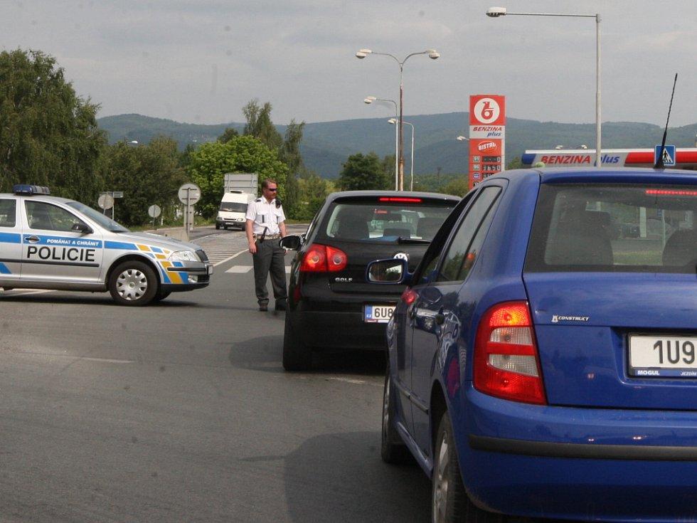 Policisté odkláněli dopravu.
