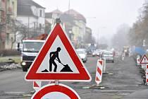 Na hlavní silnici v mostecké ulici ČSA je omezena doprava