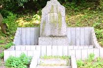 Pomník připomínající sedláka Wenzela Gallina, muže, který vypěstoval originální slavnou hrušeň Koprčku, nemá od konce II. světové války desku.