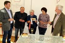 Sál litvínovského zámku Valdštejnů byl ve čtvrtek 7. října dějištěm křtu nové knihy Z hradu na hrad středním Krušnohořím a autogramiády její autorky Otilie K. Grezlové.