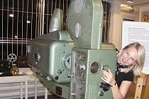Jitka Pavlíková z Litvínova obdivuje na výstavě promítačku Meopton IV. z již neexistujícího mosteckého kina Svět.