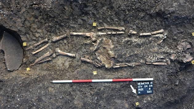 Kostra nalezená u Mariánských Radčic neměla chodidla. Místo nich ležel mlýnský kámen.