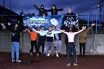 Skalní fanoušci fandili týmu před mosteckým zimákem.