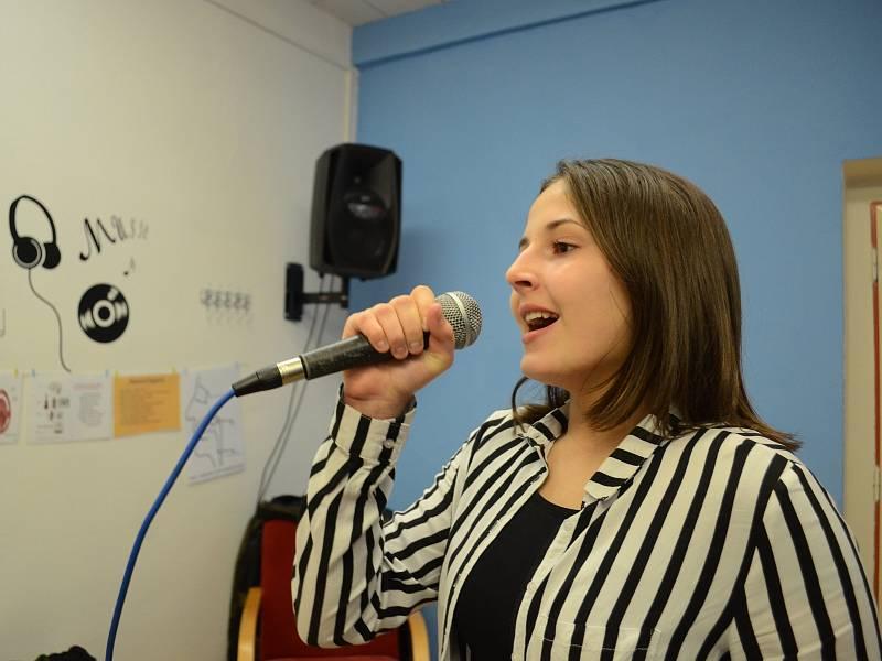 Nadaná Tereza Drábková studuje zpěv v ZUŠ F. L. Gassmanna v Mostě.