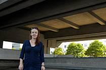 Architektka Jana Kubánková u Repre, kterým také provede účastníky Dne architektury v Mostě.
