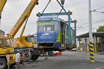Vysloužilé tramvaje se stěhovaly do Podkrušnohorského technického muzea v Kopistech.