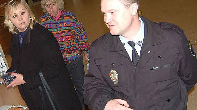 Strážník městské policie dohlíží na bezpečnost ve vstupní hale mosteckého magistrátu.
