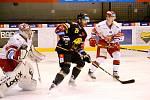 Nejproduktivnější litvínovský hokejista Viktor Hübl v souboji s Hradcem Králové. V základní části si Verva na Východočechy nepřišla ani jednou.