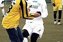 HASÍ ŠANCI. Mostecký hráč Stanislav Hofmann (v bílém dresu) odkopává balón od hráče FK Litvínov.