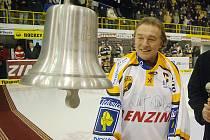 Karel Gott před deseti lety na litvínovském zimáku křtil Zvon vítězství.