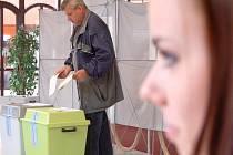Volby v Mostě - Souši v autosalonu.