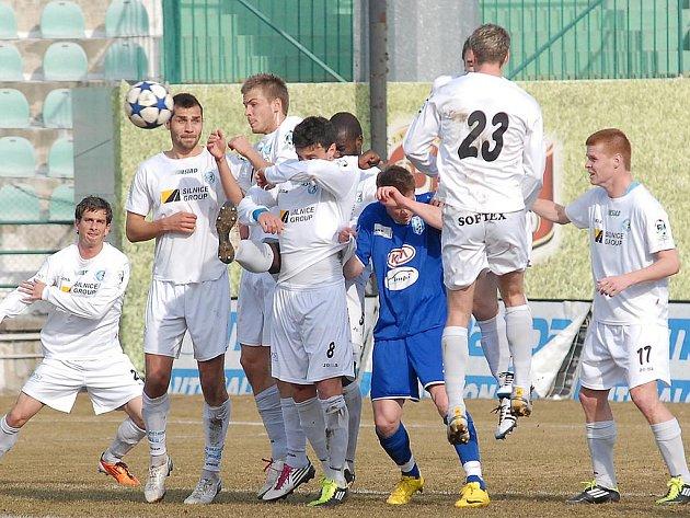 Fotbalisté Mostu (v bílém) proti Znojmu vyšli letos poprvé brankově naprázdno.
