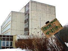 Opuštěná budova školy v Meziboří.