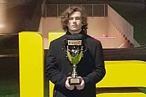 Formulový pilot Matěj Kácovský navštívil v minulých dnech italské město Parma, aby si tu v sídle legendárního výrobce formulí Dallara při slavnostním vyhlašování vítězů převzal jednu z cen.