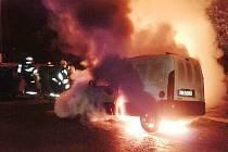 Hořící auto, na které v červnu přeskočil oheň z popelnice.