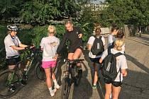 Mostecké házenkářky v přípravě, kterou si zpestřily cyklistikou.