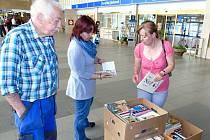 Cestující si mohou už několik měsíců půjčovat knihy také na mosteckém nádraží.