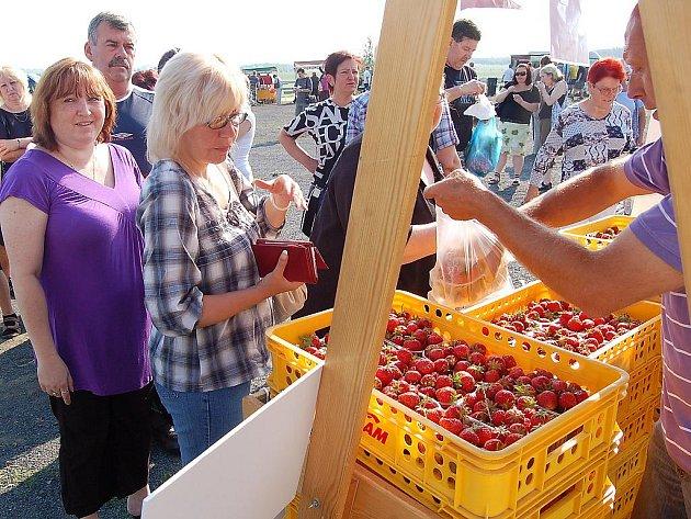 Druhé farmářské trhy na mosteckém hipodromu.