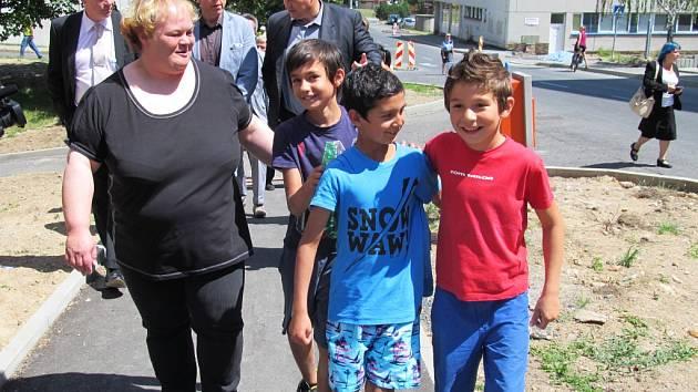 Jedna z asistentek prevence kriminality s janovskými dětmi při loňské návštěvě ministra vnitra Milana Chovance a ministryně práce a sociálních věcí Michaely Marksové.
