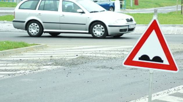 Propadlá silnice u Luny je označena upozorněním na narovnost vozovky.