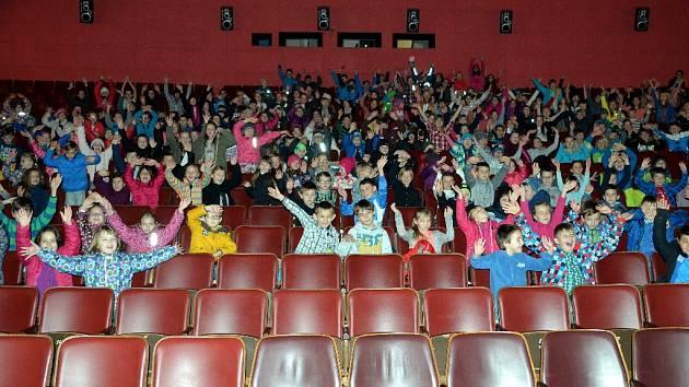 Děti ze 7.ZŠ v kině Kosmos po promítání filmu Malý Princ. Tato část hlediště bude mít novější sedačky.