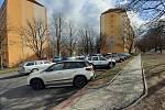 Plocha u bloku 520 na sídlišti Pod Lajsníkem, kde se řeší i parkování.