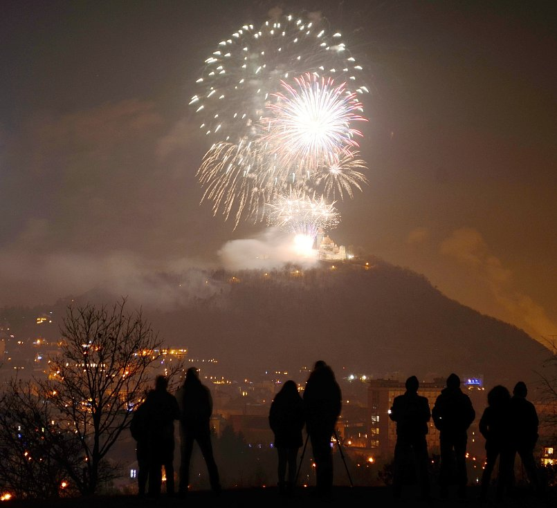 Desítky Mostečanů sledovaly z parku Šibeník městský silvestrovský ohňostroj odpálený z uzavřeného parkoviště u hradu Hněvín.