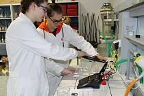 Laboratoř chemie na Gymnáziu T. G. Masaryka v Litvínově pořídila škola díky příspěvku společnosti Unipetrol. Ta podporuje studenty technických oborů i napřímo, letos finančně pomáhá 48 středoškolákům a vysokoškolákům. Ilustrační foto.