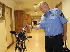 Strážník Městské policie Litvínov Miroslav Mojžíš kontroluje pomocí UV lampy forenzní značení na jízdním kole.